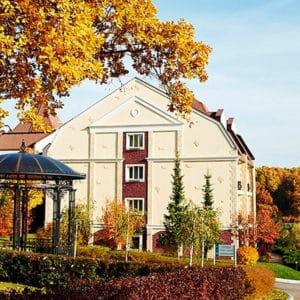 Главный корпус осенью в загородном отеле ГРУМАНТ Resort & SPA, недалеко от Москвы, Тула, д. Грумант
